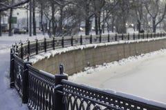 Winterlandschaft des Dammes, St Petersburg, Russland Lizenzfreie Stockfotos