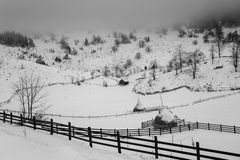 Winterlandschaft des transylvanian Dorfs Stockbild