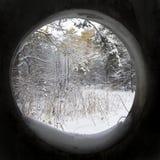 Winterlandschaft durch ein Fenster Stockbilder