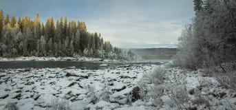 Winterlandschaft, gefrorener Fluss nahe Tannforsen-Wasserfall stockfoto