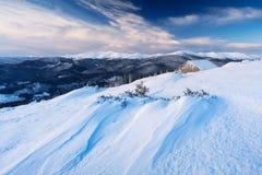 Winterlandschaft im Bergdorf Lizenzfreie Stockfotos