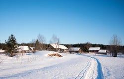 Winterlandschaft im russischen Dorf lizenzfreies stockbild