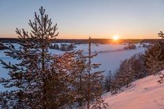 Winterlandschaft im russischen Dorf stockfotos