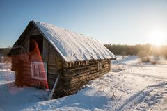 Winterlandschaft im russischen Dorf lizenzfreie stockfotos