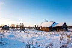 Winterlandschaft im russischen Dorf stockfotografie
