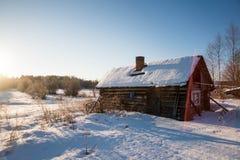 Winterlandschaft im russischen Dorf lizenzfreie stockbilder