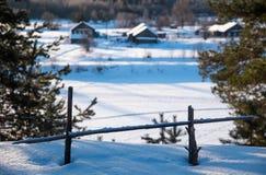 Winterlandschaft im russischen Dorf lizenzfreie stockfotografie