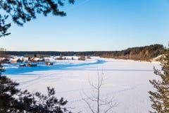 Winterlandschaft im russischen Flussdorf lizenzfreies stockfoto