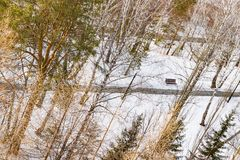 Winterlandschaft im Sonnenlicht, Weg für Wege im Park zwischen den Bäumen der Kiefer und schießend Lärche, von einer Höhe, Stockbilder