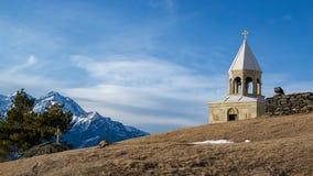 Winterlandschaft in Kazbegi: St. Ilya Orthodox Church lizenzfreies stockfoto