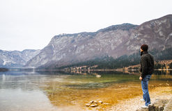 Winterlandschaft, Mann, der Ansicht betrachtet Lizenzfreies Stockfoto