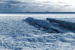 Winterlandschaft. Meer umfasste Eisblöcke auf dem Horizont sind s Stockfoto