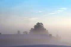 Winterlandschaft mit blauem Himmel und Nebel lizenzfreie stockfotografie