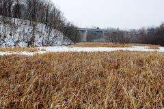 Winterlandschaft mit Brücke in der Ansicht Stockbilder
