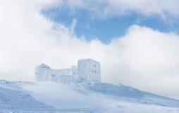 Winterlandschaft mit dem alten Observatorium in den Bergen Lizenzfreies Stockfoto