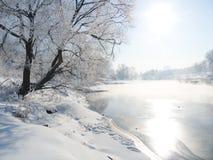 Winterlandschaft mit dem Fluss Lizenzfreie Stockfotografie