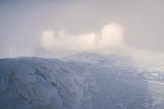 Winterlandschaft mit dem Observatorium in den Bergen Lizenzfreies Stockbild