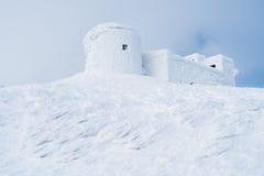 Winterlandschaft mit dem Observatorium in den Bergen Lizenzfreie Stockfotografie
