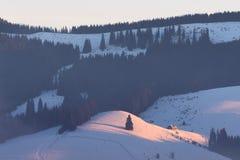 Winterlandschaft mit einem Gebirgshaus Lizenzfreie Stockfotografie