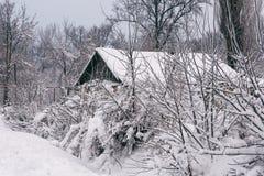 Winterlandschaft mit einem Haus Stockbilder
