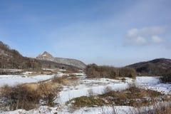 Winterlandschaft mit einem Vulkan Lizenzfreie Stockfotos