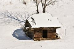 Winterlandschaft mit einer hölzernen Hütte in den Bergen in Bucegi Lizenzfreies Stockbild