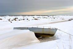 Winterlandschaft mit einsamem Boot Lizenzfreie Stockfotos