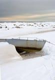 Winterlandschaft mit einsamem Boot Stockbilder