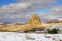 Winterlandschaft mit einsamem hohem Felsen lizenzfreies stockbild