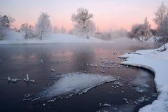Winterlandschaft mit Fluss Lizenzfreie Stockbilder