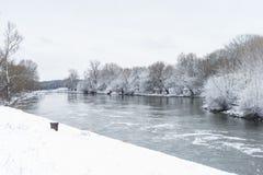 Winterlandschaft mit Fluss Lizenzfreies Stockbild