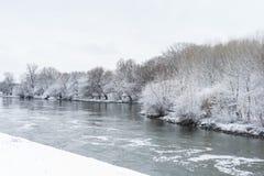 Winterlandschaft mit Fluss Stockfotografie