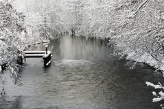 Winterlandschaft mit Fluss Stockfotos