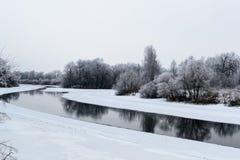 Winterlandschaft mit Fluss und Schnee Lizenzfreies Stockbild
