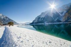 Winterlandschaft mit Gebirgssee in den Alpen Stockfotos