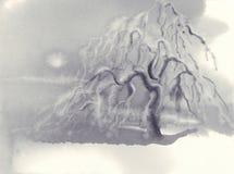 Winterlandschaft mit gefrorenem Apfelbaum und Schnee Dekoratives Bild einer Flugwesenschwalbe ein Blatt Papier in seinem Schnabel stockfoto