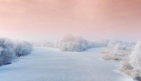 Winterlandschaft mit gefrorenem Fluss Lizenzfreies Stockfoto