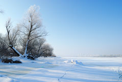 Winterlandschaft mit gefrorenem Fluss Stockfotos