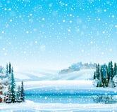 Winterlandschaft mit gefrorenem See und Wald Stockbilder