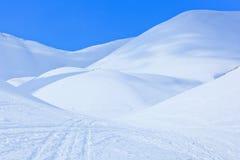 Winterlandschaft mit großen schneebedeckten Dünen Stockbilder