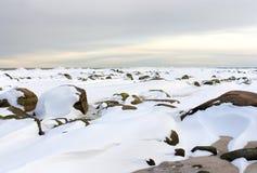 Winterlandschaft mit großen Steinen Stockfotos