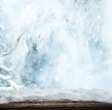 Winterlandschaft mit hölzernen Planken Stockbild