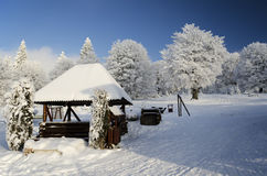 Winterlandschaft mit hölzerner Struktur Stockfotografie