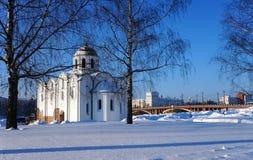 Winterlandschaft mit Kirche in Weißrussland Lizenzfreie Stockfotos
