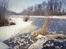 Winterlandschaft mit kleinem Fluss in der Landschaft Stockbilder