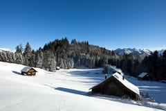 Winterlandschaft mit Protokollkabine Lizenzfreie Stockbilder