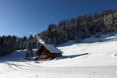 Winterlandschaft mit Protokollkabine Lizenzfreie Stockfotografie