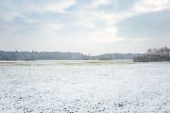 Winterlandschaft mit Schnee bedeckte Landschaft Lizenzfreie Stockfotografie