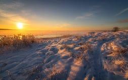 Winterlandschaft mit Schnee, Ozean, Meer, blauer Himmel, Straße, Sonnenschein, Eis Lizenzfreie Stockfotografie