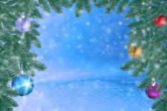 Winterlandschaft mit Schnee Weihnachtshintergrund mit Tannenzweig und Weihnachtsball Frohe Weihnachten und guten Rutsch ins Neue  stockbilder